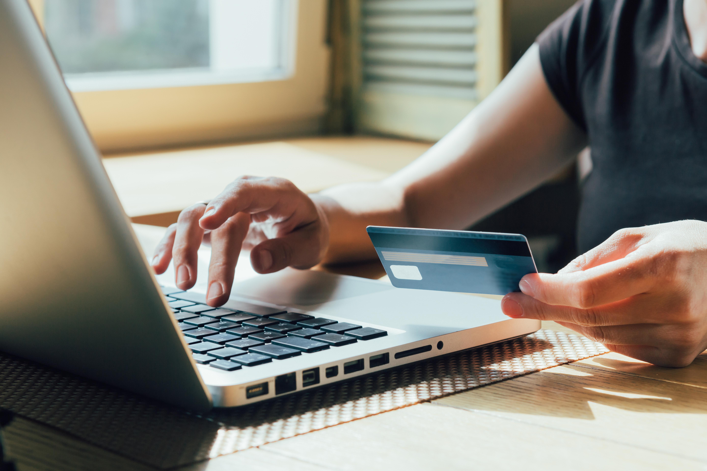 Jak bezpiecznie pożyczyć pieniądze przez internet?