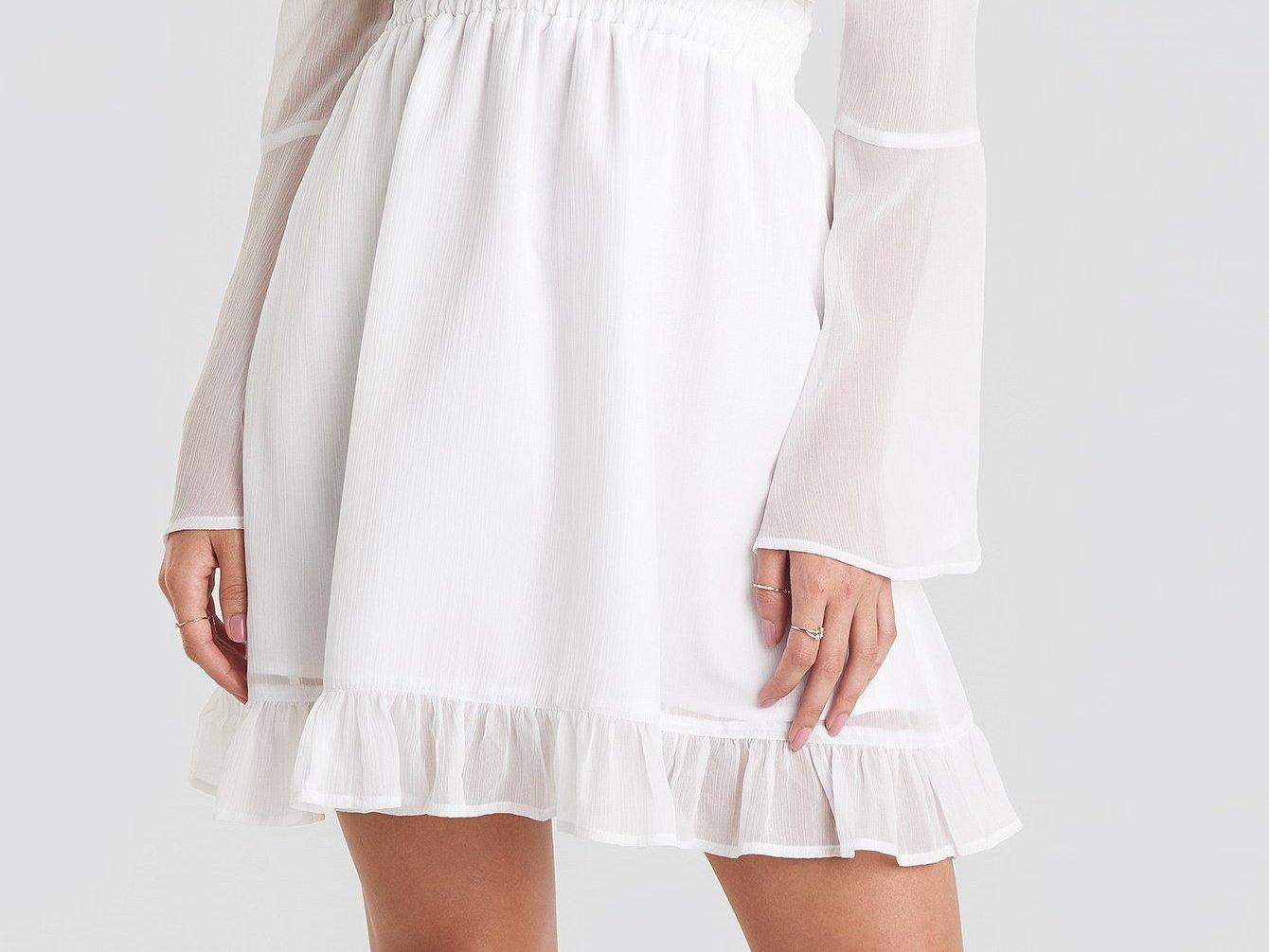 Letnie sukienki: zadaj szyku w kreacji o długości mini