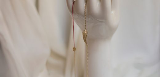 Niezobowiązujący biżuteryjny prezent dla kobiety – jaki rodzaj biżuterii wybrać i na co zwracać uwagę