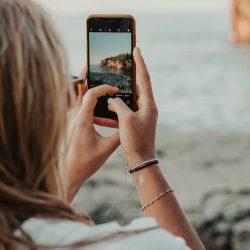 Idealny telefon dla kobiety – na jakie parametry zwrócić uwagę?
