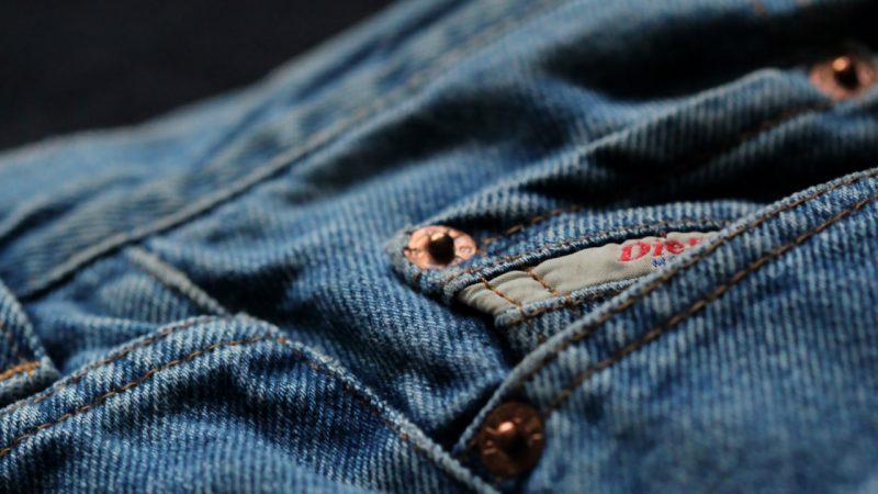 Mężczyzna na zakupach odzieżowych – kupujemy spodnie